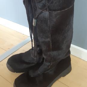 Næsten som nye lækre Bumper støvler. Har kun været brugt i 3 uger sidste vinter.   Kig endelig forbi mine andre annoncer.   Kan hentes på Amager eller sendes mod betaling