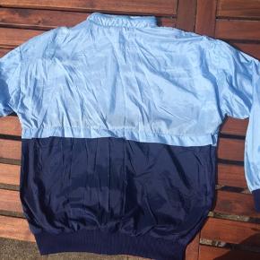 Super Lækker vintage Adidas windbreaker med hætte i kraven.   Størrelse s/m