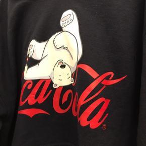 """Lækker hoodie Er en str L, men kan anvendes af en S eller M for et oversize look.  Prisen er fast, anvend """"køb nu""""🛍  Se mine andre annoncer og spar porto. Har en masse fra bl.a. Zara, Ganni, Munthe, H&M, vintage ting og meget mere🌸🛍  #Secondchancesummer  Først til mølle"""