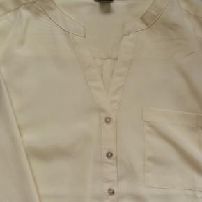 Brystmål ca. 2x51 Længde fra skulderen og ned ca. 60  Jeg tager desværre ikke billeder med tøjet på.