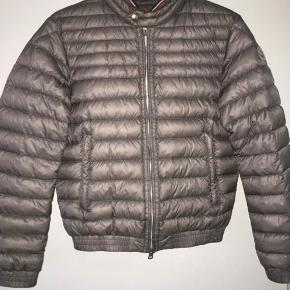 Super fin moncler jakke fejler ikke noget  str 2