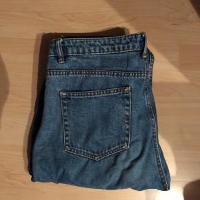 Lækre mom-jeans fra Zara. Sælges fordi jeg ikke bruger dem mere. Passer en L/40-42 ish