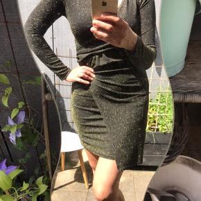 Helt ny fra Qed London 😊 guldglimmer kjole men svært at se på billederne. Virkelig lækker, ikke mindst på som den smyger sig til kroppen.