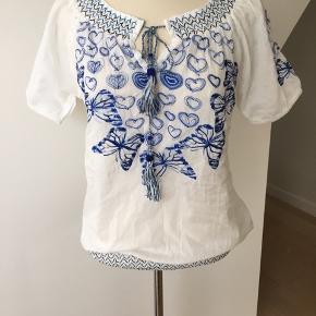 Super sød skjorte fra desigual.  Mange flotte detaljer.  Aldrig brugt eller vasket.