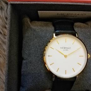 Jeg fik dette ur efter at have arbejdet frivilligt for copenhahgen fashion week Det koster omkring 1000kr fra nyt, sælger det for omkring halvdelen, så bare byd løs😊