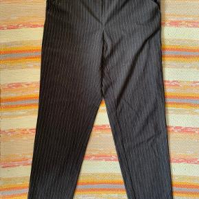 Mørkegrå bukser med lysegrå striber. Elastik i livet.  Næsten ikke brugt. Fejler intet.