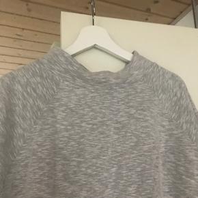 Grå sweatshirt med 3/4 lange ærmer og lille hals. Dejlig blød 80 % bomuld og 20% polyester