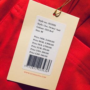 """Superflotte højtaljede """"Chet Pants"""", i en smuk og forårsfrisk rød farve.   Nypris 2000. Aldrig brugt. Sælger udelukkende fordi de er en my for store.  NU 1000 kr.  Materiale: 65% cotton/33% polyester/2% elastane"""