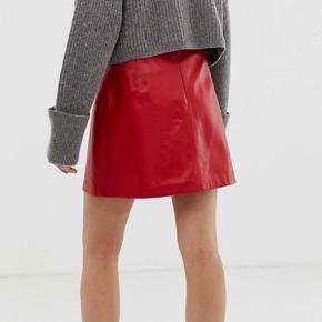 Rød læder nederdel. Kun brugt en gang. Ny pris 1641kr