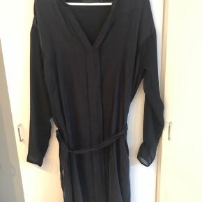 """Super skøn kjole, 100% Cupro (""""kobbersilke"""") og ærmer af 100% polyester. Længde ca. 108 cm.  Modellen hedder Barbara. Aldrig brugt. Ved forsendelse betaler køber med DAO❤️"""