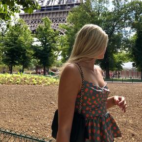 Polkaprikket sommertop fra Zara i en størrelse xs. Toppen er købt i Paris sidste år og brugt én gang. Fremstår som ny med lynlås i siden og smock på ryggen. Sendes fra Aarhus 🥰
