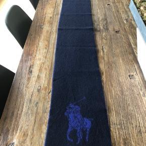 Halstørklæde Polo Ralph Lauren  Indeholder 80 % uld  Fremstår som nyt ..  Måler: L 170 cm. - B 25 cm. Sender gerne ..