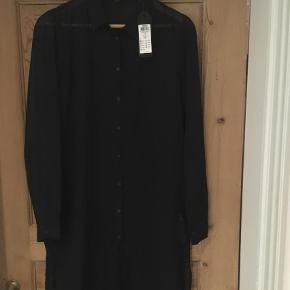Varetype: Skjortekjole Farve: Sort Oprindelig købspris: 289 kr.  Lang skjorte/bluse.