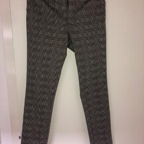 Mega lækre bukser fra Neo Noir, god stræk i og god længde, da jeg selv render rundt med lange stænger  Oprindelig pris: 450 kr Kontakt mig endelig hvis man ønsker billede med dem på