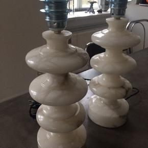 Super fede råhvide vintage marmor bordlamper med brunlige marmoreringer. Redesignet med ny sort snoet stofledninger (ca 2meter), stikprop, afbryder og stålfatning. Diameter 13cm x Højde 37cm. De vejer 5 kg pr stk. Flot vintage stand, ingen skår eller ridser. Pris pr. stk. 1500,- ( samlet 2500,- for begge). Pris + Porto.