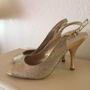 Flotte og fine Nine West sandaler brugt en gang til fest. Hælhøjde ca 10,5 cm  Str hedder 8,5 m på skoen, tror det er str 39 1/2  Se også mine andre annoncer.