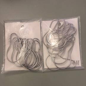 Ringe til badeforhæng fra H&M. Aldrig brugt og stadig i emballage. Ny pris er 39 kr pr pakke. Sælges samlet 2 pk. for 50 kr.