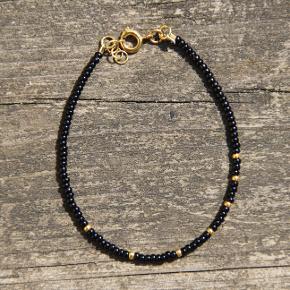 Nativo jewelry  Håndlavet smykker af seed beads i højeste kvalitet. Vedhæng, lås samt guldperler er sterling sølv belagt med 24 karat guld.   Mål: Armbånd laves i str. 15,4-18 cm  Tjek også annoncerne for choker/halskæder, custome design/mål kan bestilles.  Tags: perlearmbånd, perlechoker, choker