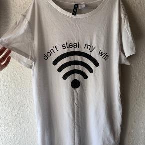 En hvid t-shirt med slids på siderne, mega god til lag på lag outfits   Sælges billigt