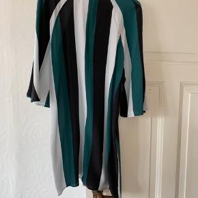 Kjole fra Ganni i 100 procent silke med lynlås i ryggen. Meget fin stand.