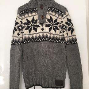 Meget fin Superdry strik Knitwear Edition.  60% uld 30% akryl  Kan også afhentes i Kbh V.   30% nylon  Brugt 2 gange kun.