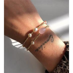 2 smukke perlearmbånd i guld, med de sødeste detaljer. Forgyldt lås. Armbåndene måler 16,5-17 cm. 💌