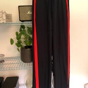 Sælger disse blå bukser med rød stribe i siden fra H&M  Køber betaler fragt  BYD :)
