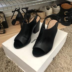 Bianco sko / sandaler med hæl   størrelse: 37  pris: 250 kr   fragt: 40 kr   har en lille ridse på den ene sko foran se billede