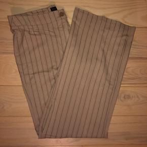 Sælger disse virkelig fede bukser! De er i str 42😊  Mængderabat gives!  Tags: mango, stribet bukser, beige, nude, brun