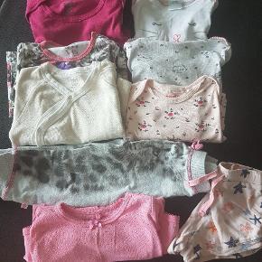 Velholdt pige pakke med 10 stk i. 3 x langærmet bodies. 2 x kortærmet bodies. 1 x bukser. 1 x shorts. 1 x dragt. 2 x bluser.