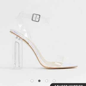 Sælger de smukkeste sko/stiletter i en str. 37, dog fitter de lige 38. De er aldrig brugt og æske medfølger.