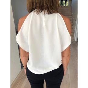 Zara top i hvid med fede detaljer   Størrelse: S   Pris: 100 kr   Fragt: 39 kr ( 37 kr ved TS handel )
