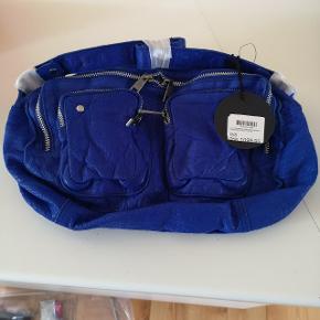 Nunoo Alimakka taske i Blå Læder  Tasken er helt ny og ubrugt  Købt ved Message Købskvittering haves