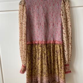 Zimmermann jumpsuit. Ligner en kjole når man har den på. Fantastisk kvalitet og smukt mønster.  Str. 2 (svarer til M/38)  Nypris var omkring 4000,-  Brugt én gang og i perfekt stand.  Bytter ikke