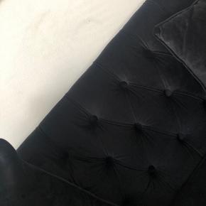 Sofa og bord selges grunnet flytting!  Klassisk sofa i sort velour fra Classiqueliving, kun 2 år gammel.   Ny pris 15.000 DKK Selges for hbo 9000 DKK.   Mål: Lengde: 253 cm Dybde: 87 cm Høyde: 80 cm  Lekkert glassbord fra TM design, kun 2 år gammelt.  Ny pris 10.000 DKK  Selges for hbo 5000 DKK.  Mål: Lengde: 150 cm Bredde: 90 cm Høyde: 14 cm