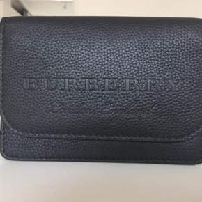 Sælger min elskede Burberry crossbody taske, da jeg ikke får den brugt. Den er helt ny og er aldrig blevet brugt! Remmen kan tages af, så den også kan bruges som pung.