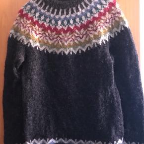Hjemmestrikket supersmuk sweater i islandsk Lett Lopi (uld) - strikket efter et Istex mønster. I rigtig god stand. Størrelsen S/M Nogle mål: Over brystet: 2 x 48/49 cm  Længde: ca. 68 cm Farverne er som det første billede. (Min sweater) Prisen er ekskl. porto.