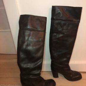 Har farvet dem sorte med læderfarve (de var oprindeligt brune) Farven er dog falmet lidt på støvleskaftet, så det brune titter lidt igennem.