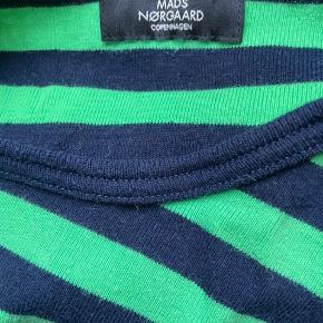 Trøjen er ikke ret brugt, det er egentlig en mande model, har bare brugt den som en oversized bluse, og er ikke sikker på hvad str det er, da det ikke står i den. Jeg er en xs/s i dame str. men vil tro den er en s/m måske