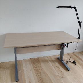 Hæve sænke bord fremstår uden særlige brugsspor, fungerer som det skal. Sælges grundet plads mangel. Der er slået en flig af hvor lampen sidder hvilket er det eneste brugsspor. Billeder kan sendes. 160 cm langt og 80 cm bred.