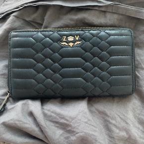 Det eneste brugstegn på pungen er ved den ene lynlås, der er en anelse misfarvet (se billede )