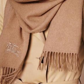 Smukt og lækkert Burberry tørklæde i 100% cashmere. Ny prisen var ca 3300 kr. Købt vinter 2018. Brugt få gange men fejler absolut intet. Tags og vaskeanvisninger medfølger hvis jeg kan finde det. Bud er velkomne- prisen er til forhandling 😊