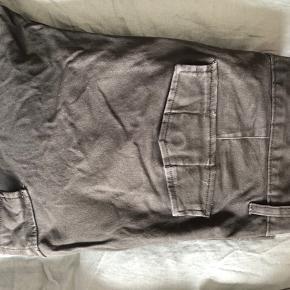 H&M Cargo bukser i slim fit, oliven grønne. Ingen fejl eller mangler, men farven er slidt lidt af nogen  steder. Str 31