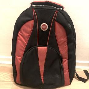 """MSI computertaske / skoletaske Plads til 17"""" computer Har udover computerlommen flere mindre lommer til alt udstyr og evt bøger, osv.  Den ene lynlås ud af 2 til den store lomme er i stykker, men den anden kan så stadig lukke tasken helt, så det burde ikke være et problem :-)"""