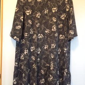 Flot ny kjole - fejlkøb og derfor aldrig brugt. Fra Zoye str M. bm 65 x 2 og læ 86 cm.