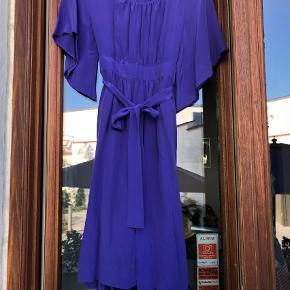 Varetype: Andet Farve: Blå  Ren silke  94cm lang  41x2 cm over brystet