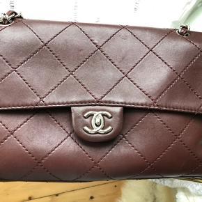 Chanel jumbo størrelse flap fra 2011; købt af deedee og kvittering haves;  Burgundy med sølv hardware. Dustbag medfølger.  Bytter ikke og tager ikke imod skambud.