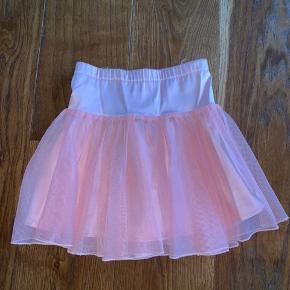 Sød tyl nederdel i koral farvet.