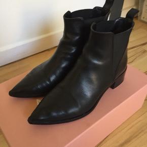 Den første udgave af Acne Jensen støvle uden metalsnuden. Støvlerne er blevet forsålet og har fået lavet en tå-forstærkning.  Støvlerne er en str. 36, men da de er spidse i snuden - da passer skoen nok bedst til en str. 35,5 eller en 36 med en smal fod.   Nypris 3.200 kr.  Mindstepris 800 kr. plus porto