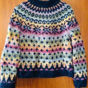 Blusen er strikket efter et Istex-mønster i islandsk pladegarn. Rent uld. Den er kun brugt et par gange. Størrelsen er måske S/M, men det kunne jeg ikke vælge...
